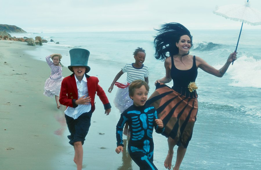 Angelina jolie with out makeup with kids on beach