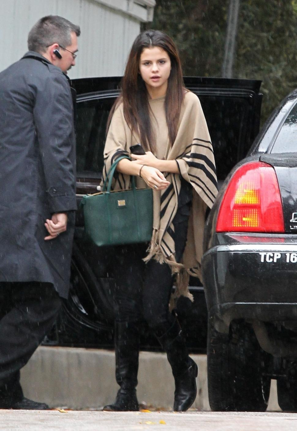 selena gomez with out make up with hand bag