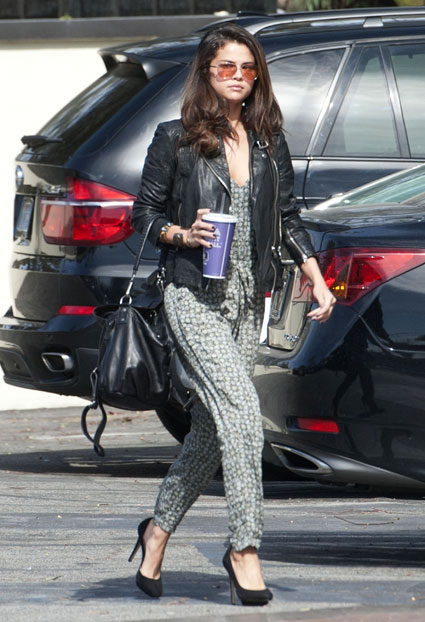 selena gomez with out make up with coffee